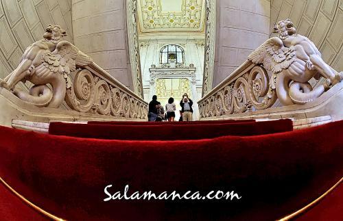 Subiendo las escaleras del Ayuntamiento de Salamanca