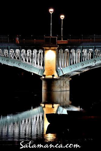 Puente de Enrique Estevan en una Salamanca nocturna