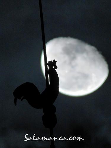 La Luna jugando con la Torre del Gallo