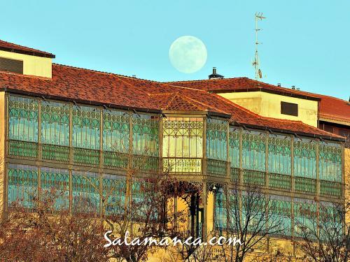 Salamanca, la Luna sorprende a la Casa Lis