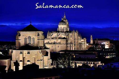 Salamanca, nocturna y nublada