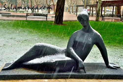 Mujer dibujando en la tierra... Agustín Casillas