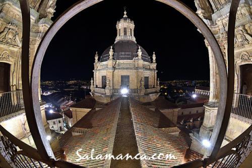 Salamanca y Clerecía bajo el cielo nocturno de Scala Coeli