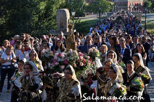 Ferias y Fiestas de Salamanca 2019... Ofrenda floral a su paso por el Puente Romano