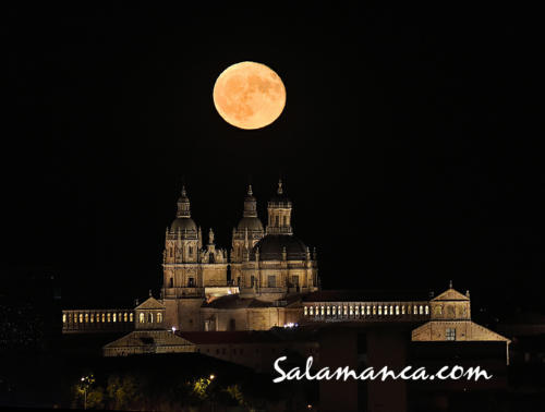 Luna y Clerecía... Cuando las nubes no cierran el cielo de Salamanca