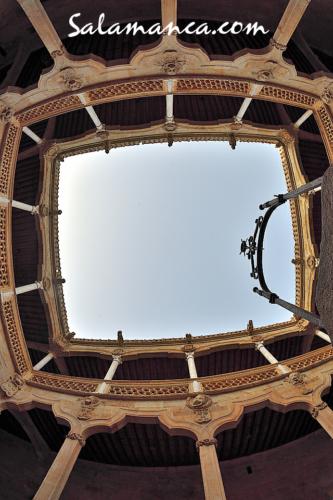 Mirando al cielo en la Casa de las Conchas