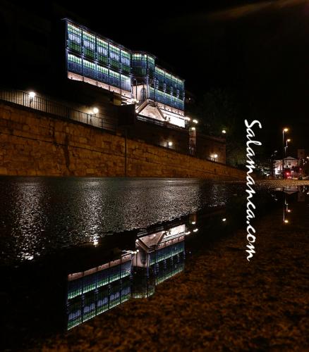 Salamanca, calles mojadas, vidrios de colores, luces de ciudad... Casa Lis
