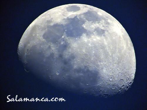 Salamanca, una Luna para compartir por los tejados