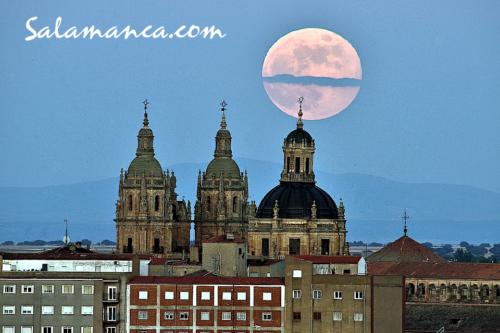 Luna de Fresa asomándose sobre Salamanca