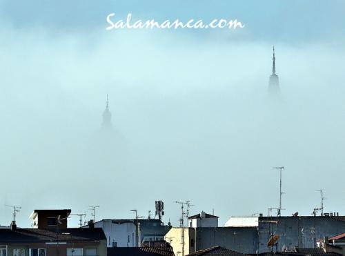 Salamanca, despuntando entre la niebla