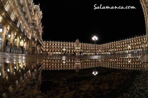 Esas noches de lluvia, de reflejos en piedra, de luces repetidas... De una plaza única