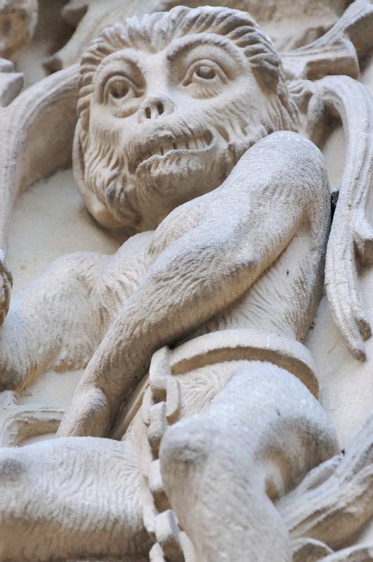 Mono encadenado en la Catedral Nueva de Salamanca.